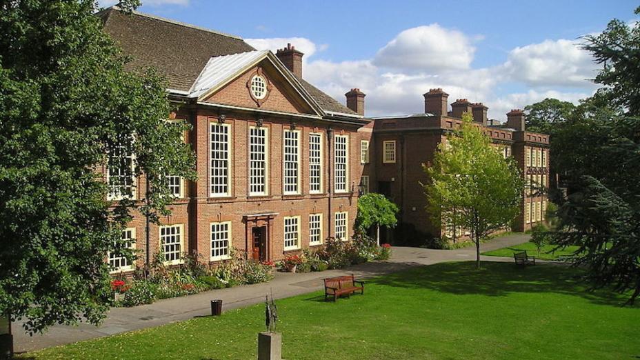 英美大學需報讀者撰寫個人陳述,闡述其適合讀大學及學系的經歷與心志,這方面輔導老師亦可支援。(Wikipedia Commons)