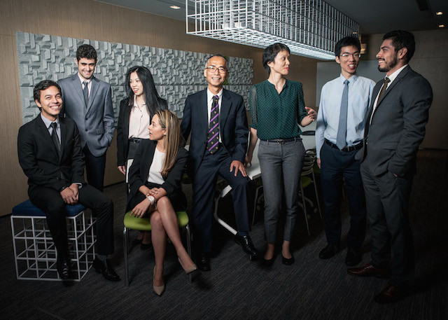 黃華燊(中)與他的團隊為拉美和西班牙200多位客戶提供服務。