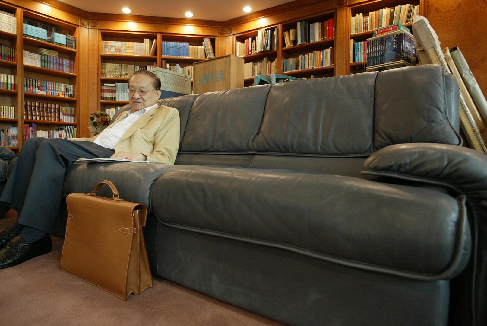 張五常曾與金庸小說為伴,後來更與金庸會面。(亞新社)