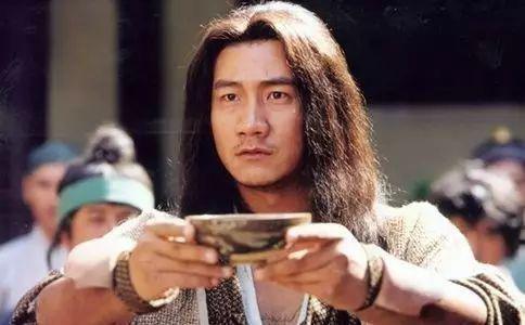 武俠小說中盡多嗜酒的大俠,但從來也沒有一個喝酒喝得像喬峰如此豪意格天的。(網絡圖片)