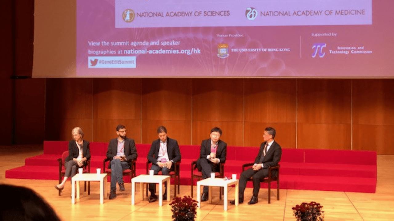 第二屆人類基因組編輯國際峰會在港大李兆基會議中心現場。MIT的張鋒(右二)和 柏克萊的Jennifer Doudna (左一)同台。兩位都是基因編輯研究的學術明星,在法院對壘五年爭取CRISPR的專利權。討論主持人裴端卿(右一)教授, 是中科院廣州生物醫藥與健康研究院院長。(作者提供)