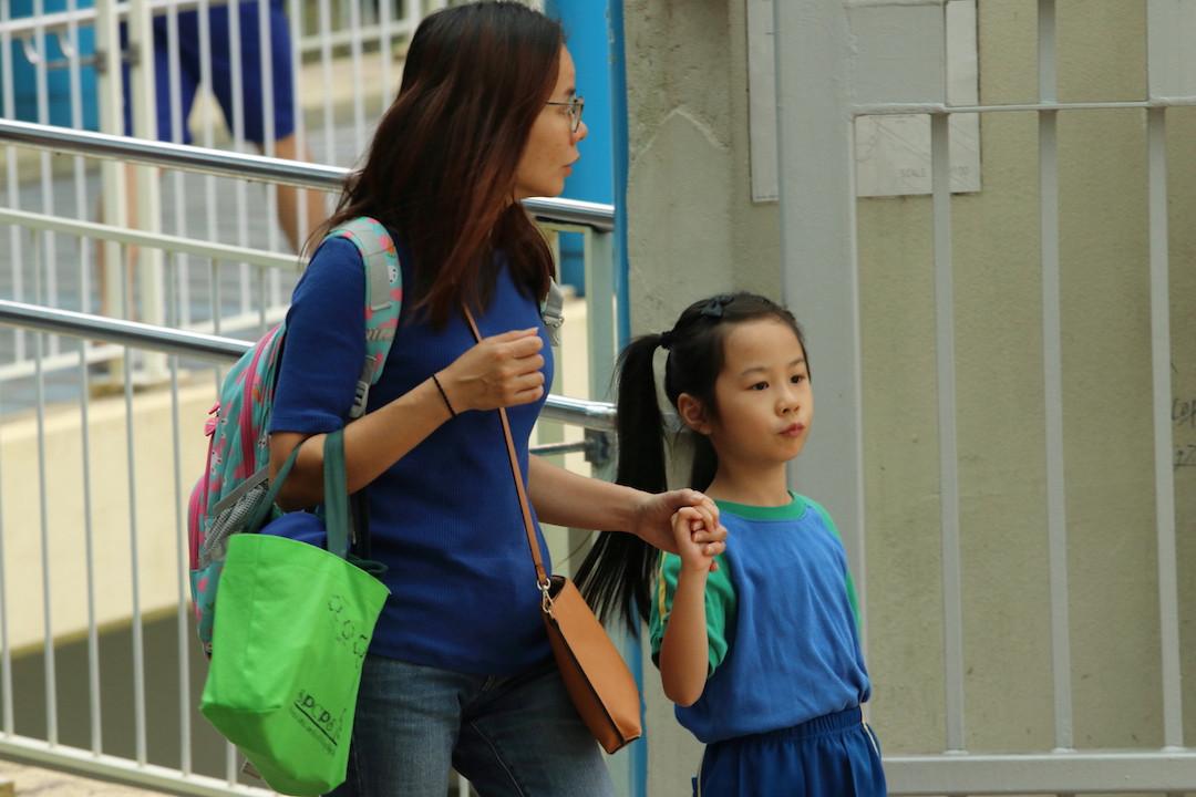 香港的孩子在父母的過度呵護下,很多未能養成照顧自己的能力。(灼見名家圖片)