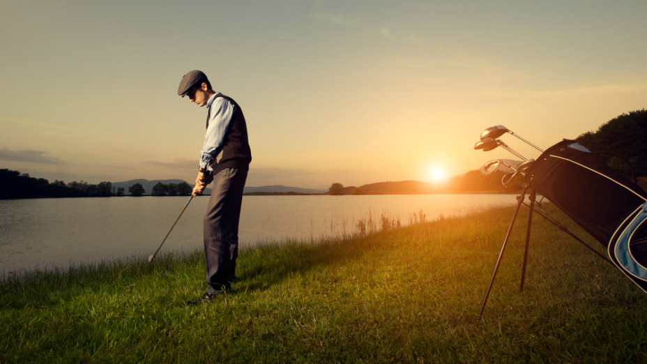 打球失誤衍生一些商機──把湖底的高爾夫球撈起來重新再用,這完全符合循環再用的環保原則。(Shutterstock)