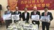 浸大校長錢大康教授(中)與多位副校長(左一)周偉立博士、(左二)李兆銓博士、麥建成教授(右二)及黃偉國教授,展示新校舍圖型。