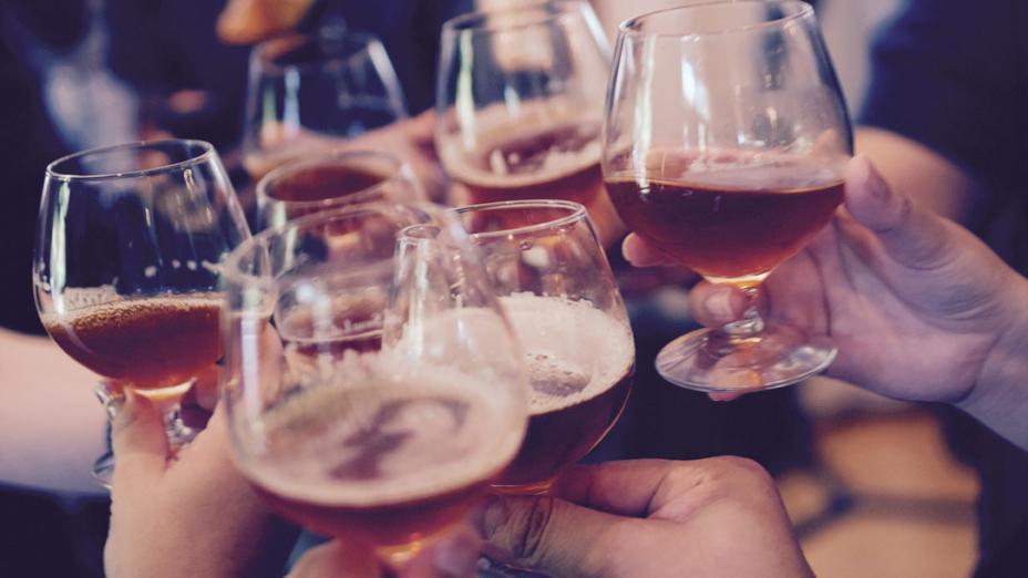 喝了那麼多酒,你還吃得下菜?上了滿滿一桌子菜,恐怕到最後動不了幾筷子。(Pixabay)