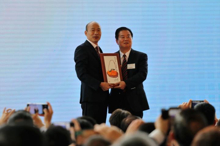 香港中華出入口商會會長林龍安與韓國瑜互贈紀念品。