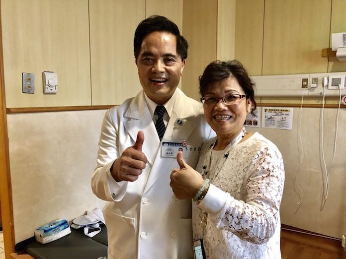 病人家屬黃太太豎起拇指,肯定醫療團隊的努力和用心。