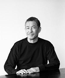 日本時尚設計師三宅一生,他以極富工藝創新的服飾設計、展覽及一生之水香水聞名於世。(Wikimedia Commons)