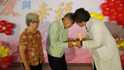 器官移植勸募中心主任李明哲代表團隊致贈感謝器官捐贈者家屬的無私大愛。