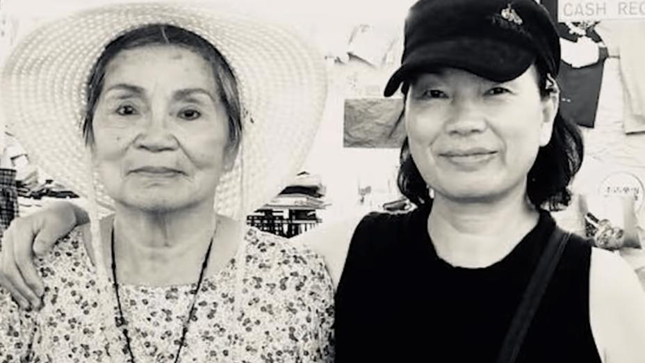 龍應台與母親應美君合照。