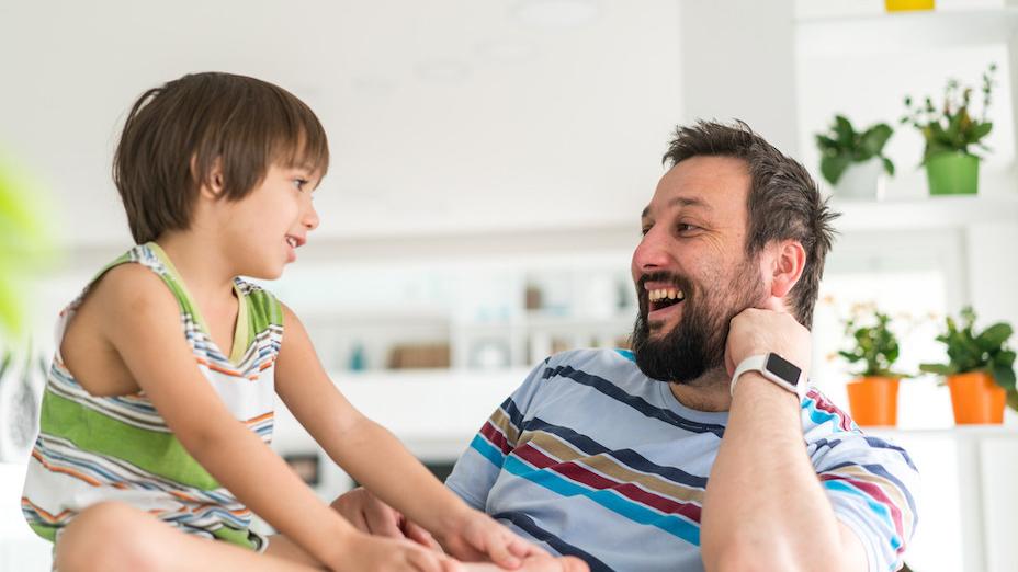 父母要盡量跟孩子說話,在智慧啟發上,錄音帶是無法取代父母的。(Shutterstock)