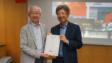 香港大學專業進修學院人文及法律學院副總監及高級課程主任關明德博士(左)頒發感謝狀給湯家驊律師(右)。