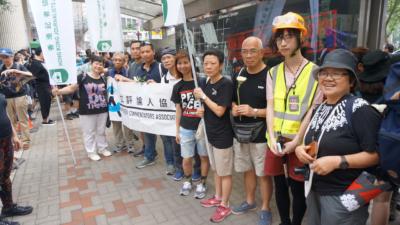 作者(左二)昨天參與撤回《逃犯條例》修例遊行。(灼見名家圖片)