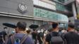 示威者圍堵警察總部。