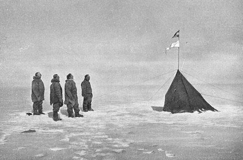 1911年12月15日,阿蒙森團隊率先到達南極點,並插上挪威國旗。(Wikimedia Commons)