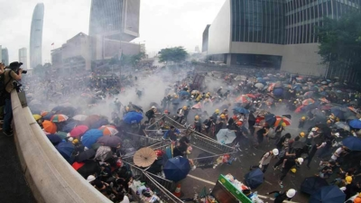 雨傘運動2.0 警狂射子彈催淚彈 Umbrella Movement 2.0 Tear Gas Shrouds Admiralty