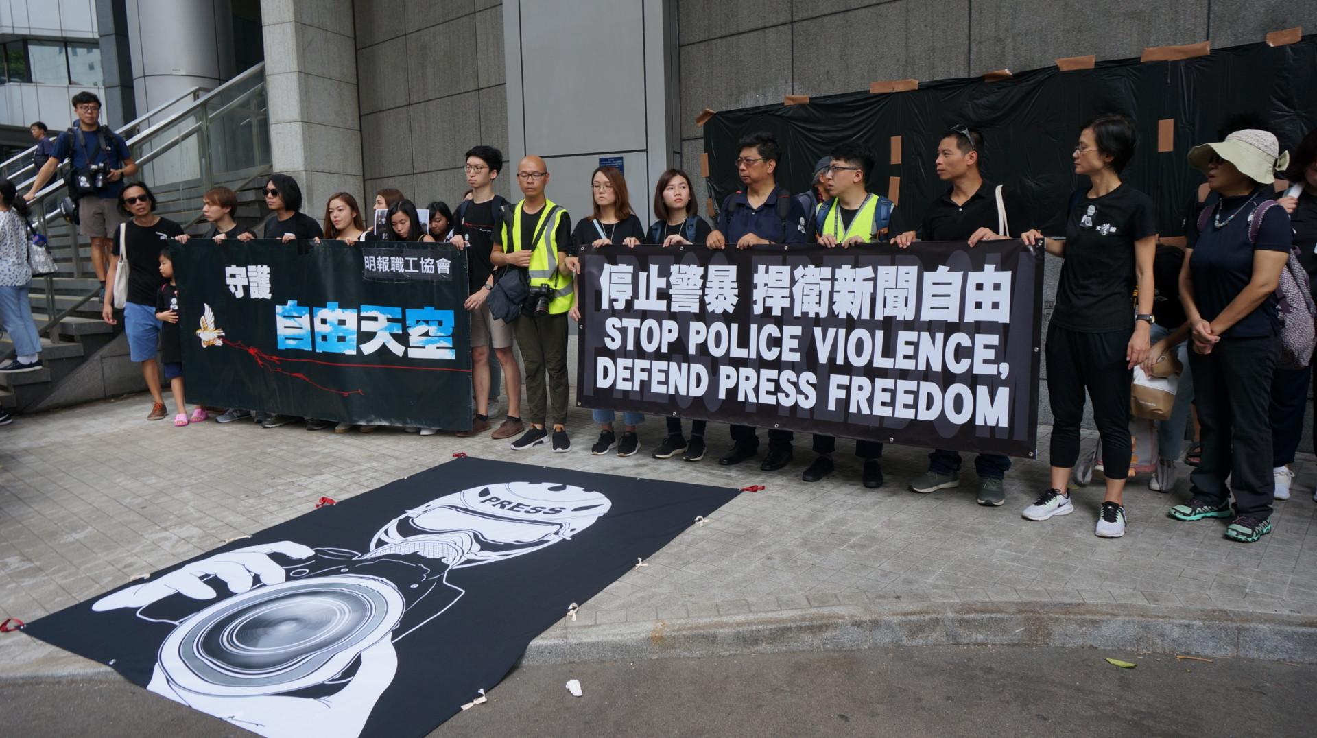 遊行人士到警察總部請願。