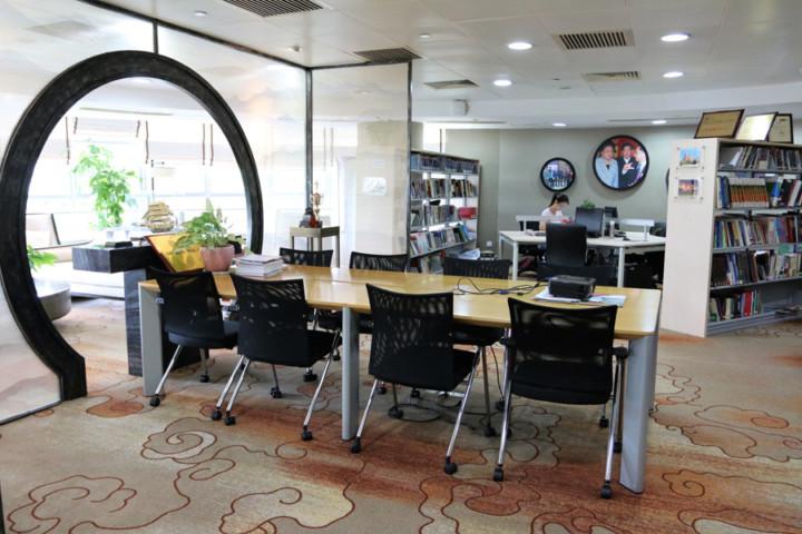 PolyUInnoHub內有開會、會客的公共空間和閱覽室,設施優於一般的co-working space。
