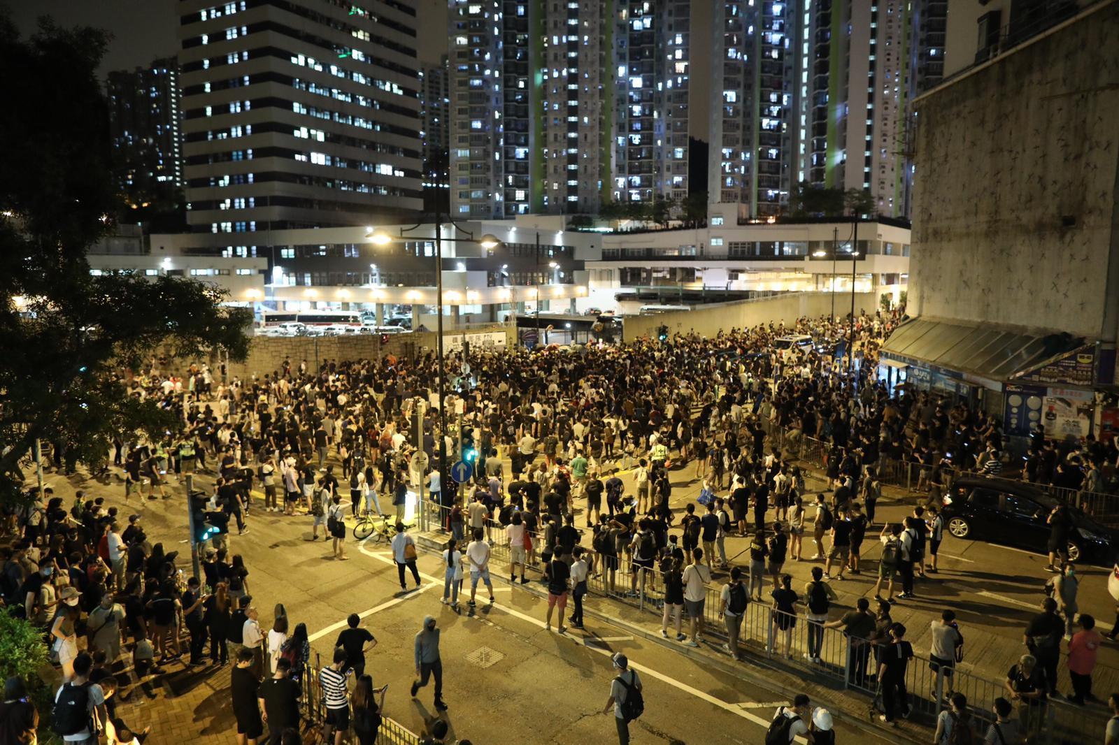 示威者在葵涌警署一帶道路聚集。