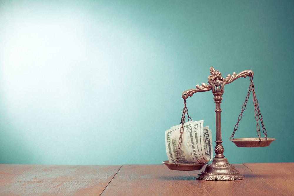 學生說:「因為法律是為有錢人設的。老師沒看到法律碰到有錢人就轉彎嗎?」(Shutterstock)