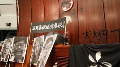 示威者大肆破壞會議廳,特區區徽被塗污。