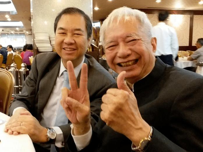 畢業了!林秀誠(右)笑到見牙唔見眼。