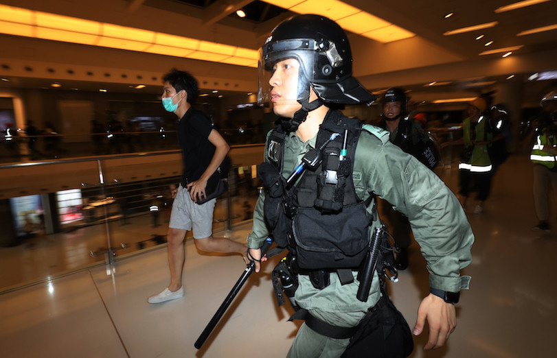 警員成為政府的擋箭牌,每天日常執法都會受市民挑戰,甚至成為過街老鼠。(亞新社)