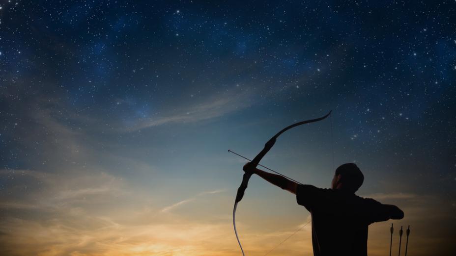 少年拿弓在手,像拉繩子一般把弓隨手拉開。(Shutterstock)