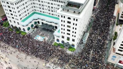 尖沙咀遊行選擇的終點是高鐵香港站,議題十分明確,就是要藉遊行示威,向使用高鐵站的內地旅客展示所謂的香港多元政治。(亞新社)