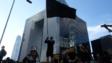 示威者佔據夏慤道,揮動黑旗。
