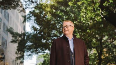 香港會計師公會會員包思偉在大學畢業後,於新西蘭政府做了18個月審計師,之後加入羅兵咸永道會計師事務所工作了22年,從事重整與破產的工作。