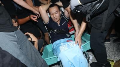 示威者綁起一名內地人士。