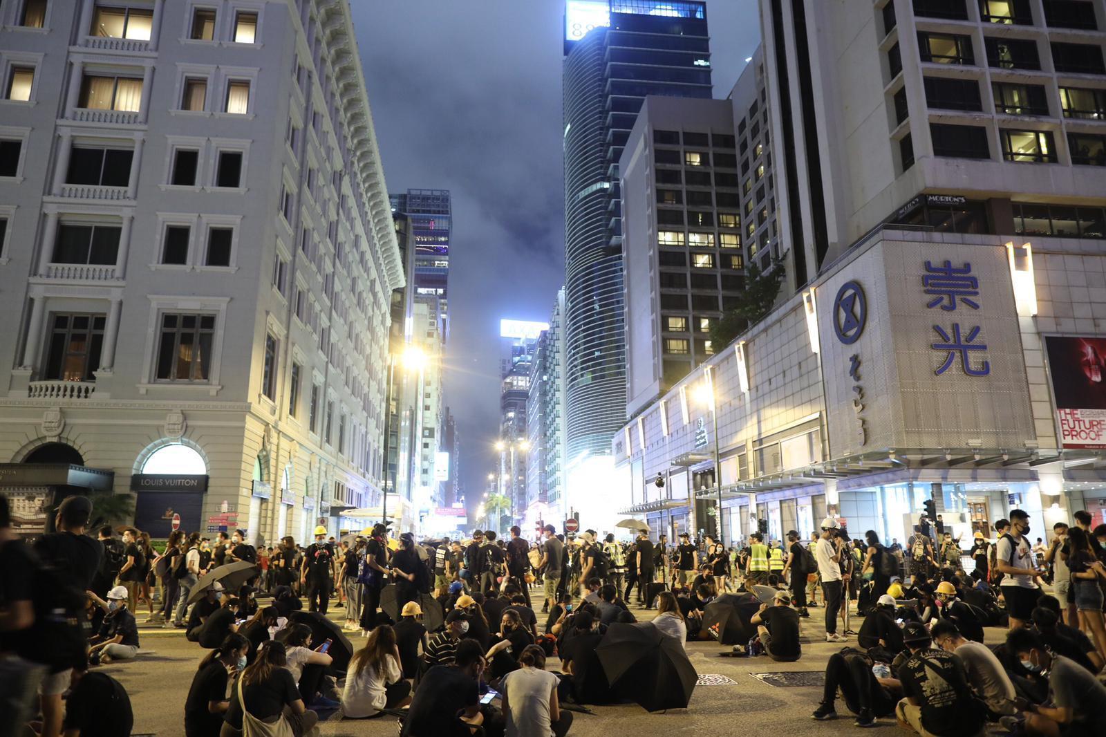 示威者在彌敦道和梳士巴利道交界聚集。