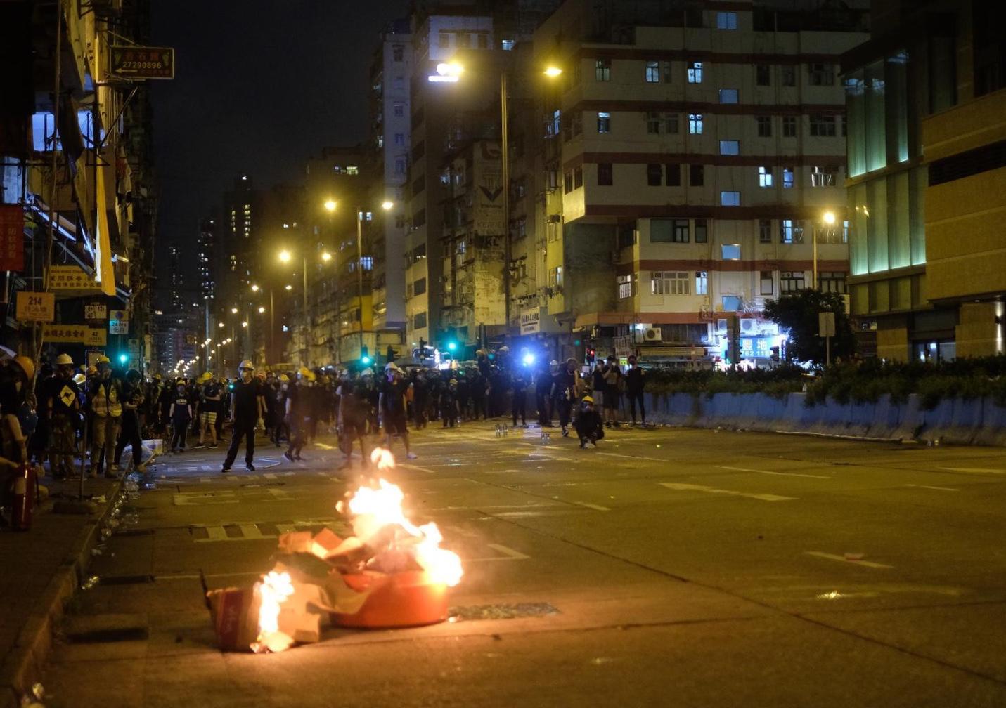 示威者在欽州街縱火。