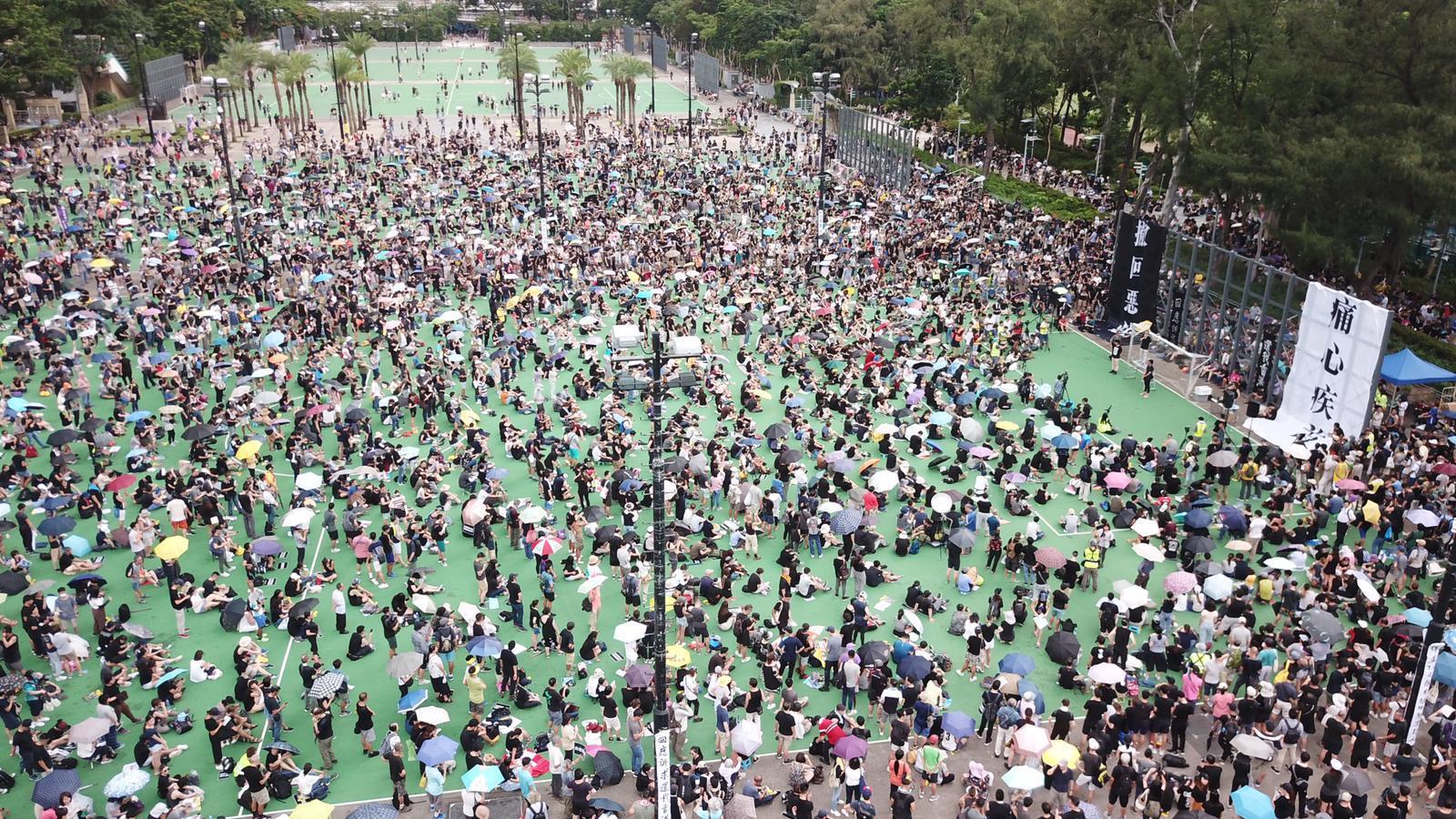 集會人士佔滿三個足球場。