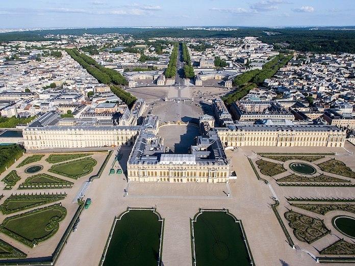《巴黎和約》簽署地凡爾賽宮,當年日本代表有五個席位,中國預席只有兩個。(Wikimedia Commons)