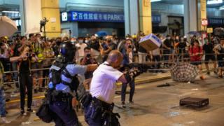政治極端 警察受壓