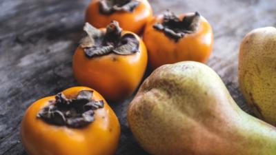 平時飲食多加進食滋陰潤肺之物,梨和柿子都對秋燥引起的咽部不適有一定的預防和輔助治療之效。(Shutterstock)