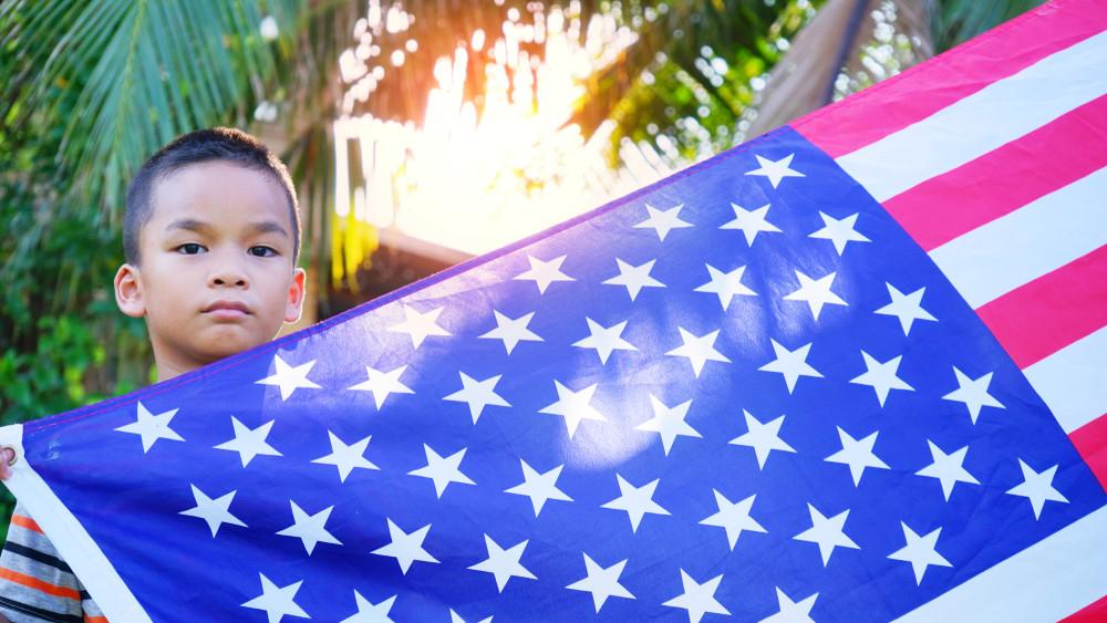 我自己的兩個兒子目前分別在美國上小學和初中,他們還很天真,性格活潑,在美國學校都很受歡迎。(Shutterstock)