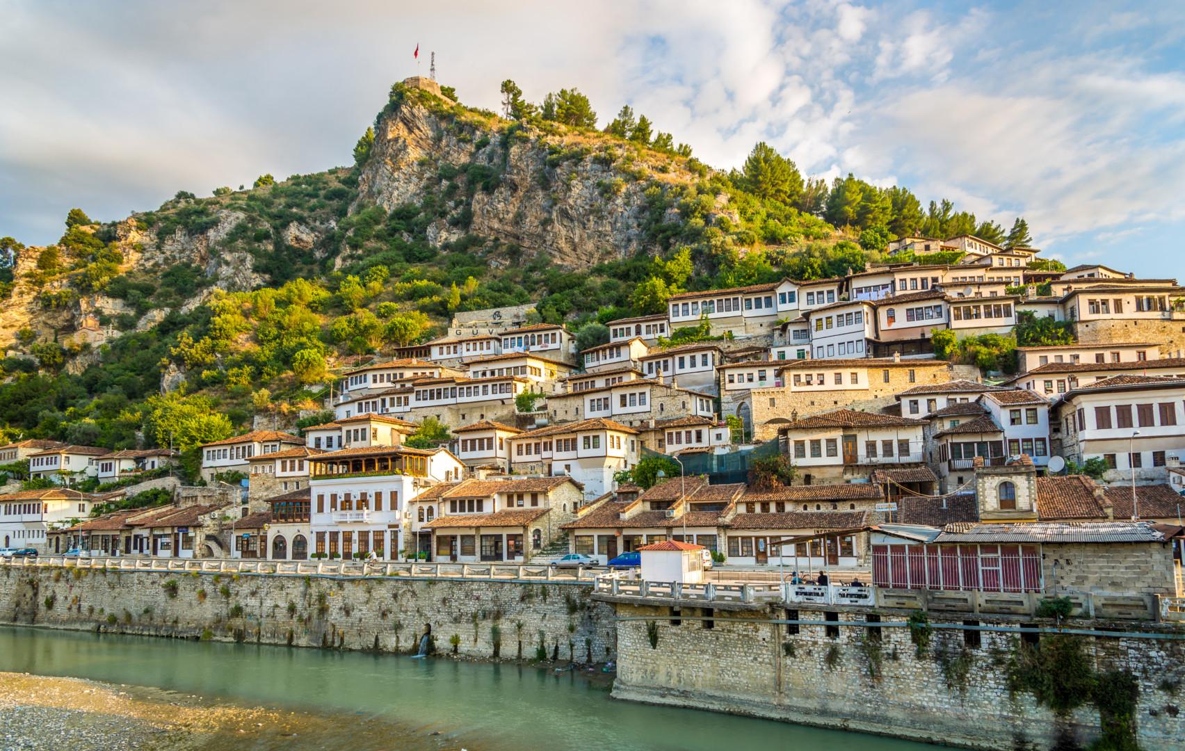 阿爾巴尼亞中南部的培拉特,至今保存相當完整的排屋建築。(Shutterstock)