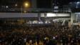 晚上7時,港鐵金鐘站對出夏慤道人潮佔據夏慤道3條行車線。