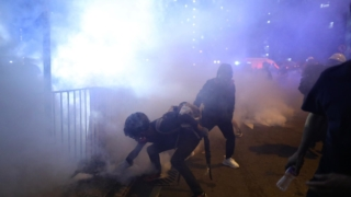 黃大仙爆警民衝突 示威者包圍紀律部隊宿舍