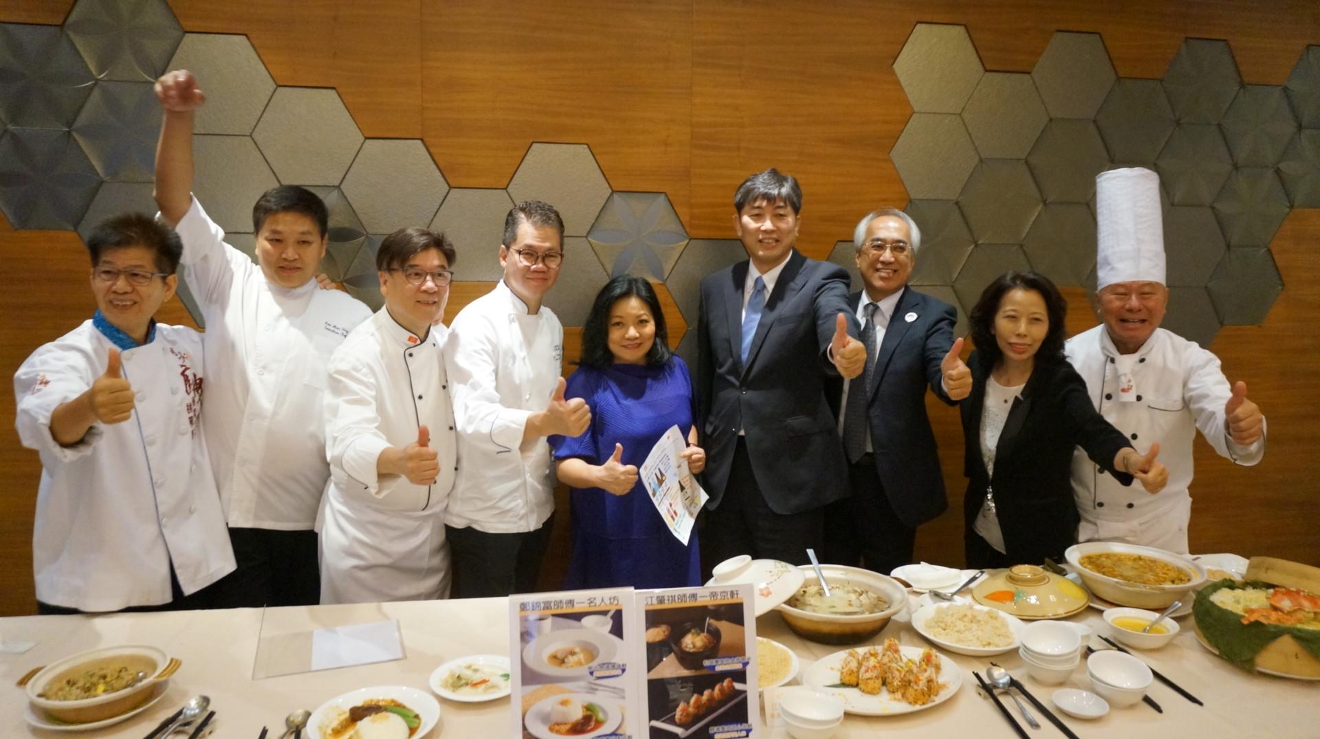 股評人胡孟青(左五)出席活動。