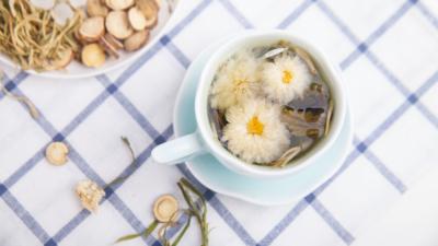 用金銀花、菊花等中藥泡茶,清熱、袪風、涼血,可緩解「過敏性紫癜」的病情。(Shutterstock)