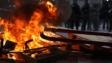 示威者在屯門縱火。