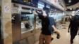 示威者塗污港鐵售票站。