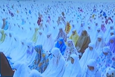 照片攝於2018年6月穆斯林開齋節,信眾早上齊集維多利亞公園禱告。(香港貿發局YouTube截圖)