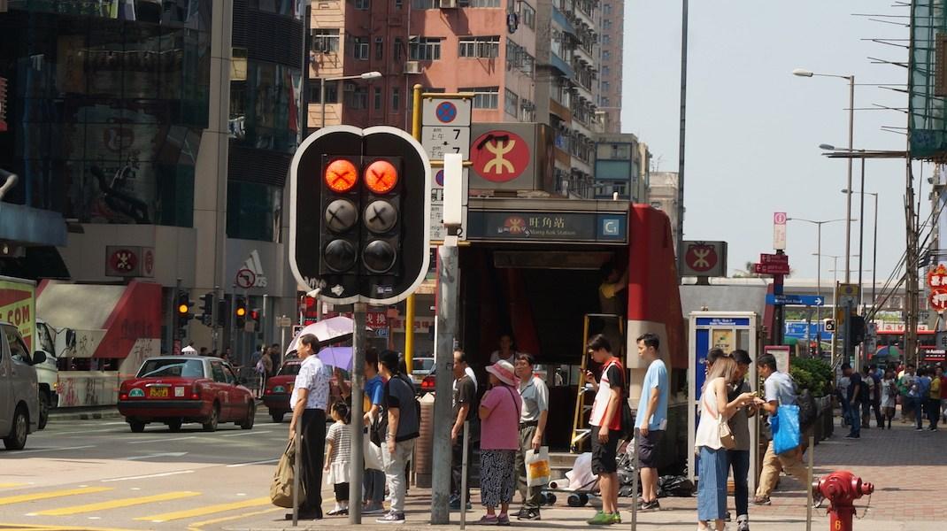 旺角亞皆老街交通燈被打交叉。
