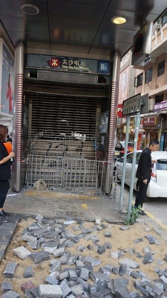 尖沙咀B1出口封閉,門前路面磚頭被挖走。