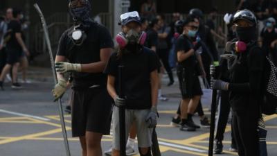 難道我們眼見香港尚未成年的學生全副裝備手持器械走到街上與警察搏鬥,不應該制止而鼓勵嗎?(亞新社)